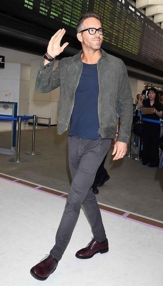 Cómo combinar: cazadora de aviador de ante gris, camiseta con cuello circular azul marino, pantalón chino en gris oscuro, zapatos derby de cuero burdeos