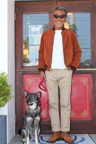Cómo combinar: cazadora de aviador de ante en tabaco, camiseta con cuello circular blanca, pantalón chino en beige, zapatillas altas de ante marrónes