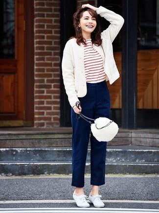 Cómo combinar: cazadora de aviador de lana blanca, camiseta con cuello circular de rayas horizontales en blanco y rojo, pantalón chino azul marino, tenis de lona blancos