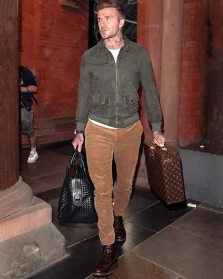 Cómo combinar: cazadora de aviador de ante en gris oscuro, camiseta con cuello circular blanca, pantalón chino de pana en tabaco, botas casual de cuero en marrón oscuro
