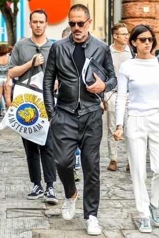 Cómo combinar un bolso con cremallera de cuero negro en clima cálido: Elige una cazadora de aviador de cuero negra y un bolso con cremallera de cuero negro para un look agradable de fin de semana. Haz tenis de cuero blancos tu calzado para mostrar tu inteligencia sartorial.