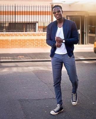 Cómo combinar un pantalón chino azul: Haz de una cazadora de aviador azul marino y un pantalón chino azul tu atuendo para un look diario sin parecer demasiado arreglada. ¿Por qué no añadir zapatillas altas de lona en azul marino y blanco a la combinación para dar una sensación más relajada?