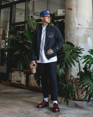 Cómo combinar un pantalón chino de rayas verticales negro: Usa una cazadora de aviador de forro polar negra y un pantalón chino de rayas verticales negro para lidiar sin esfuerzo con lo que sea que te traiga el día. Zapatos derby de cuero gruesos burdeos son una forma sencilla de mejorar tu look.