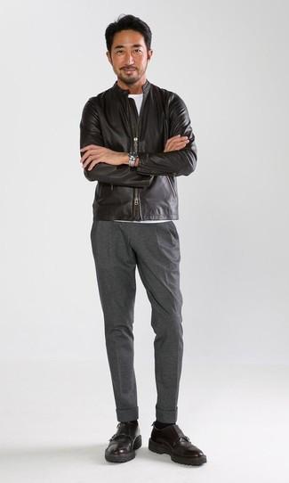 Cómo combinar: cazadora de aviador de cuero negra, camiseta con cuello circular blanca, pantalón de vestir gris, zapatos con doble hebilla de cuero negros