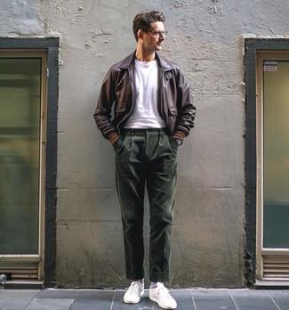 Como Combinar Unos Tenis Blancos Con Unos Pantalones De Pana Verde Oliva Para Hombres De 30 Anos 3 Outfits Lookastic Espana