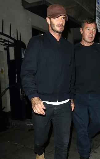 Look de David Beckham: Cazadora de aviador azul marino, Camiseta con cuello circular blanca, Vaqueros negros, Botas casual de ante marrón claro