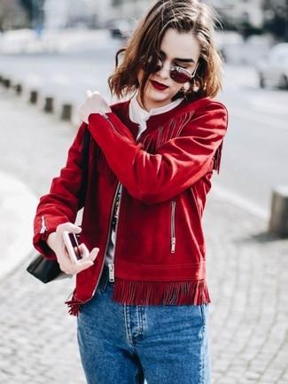 Cómo combinar: cazadora de aviador de ante roja, camiseta con cuello circular estampada blanca, vaqueros azules, bolso bandolera de cuero negro