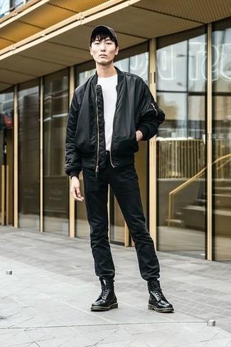 Cómo combinar una chaqueta: Elige una chaqueta y unos vaqueros negros para conseguir una apariencia relajada pero elegante. Usa un par de botas casual de cuero negras para mostrar tu inteligencia sartorial.