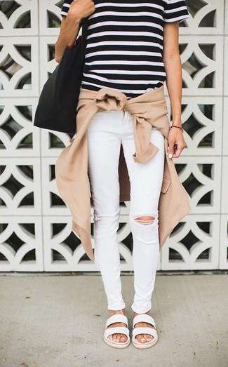 Cómo combinar: cazadora de aviador marrón claro, camiseta con cuello circular de rayas horizontales en negro y blanco, vaqueros pitillo desgastados blancos, sandalias planas de cuero blancas