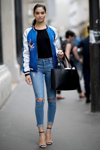 Cómo combinar: cazadora de aviador azul, camiseta con cuello circular negra, vaqueros pitillo desgastados celestes, sandalias de tacón de cuero azul marino