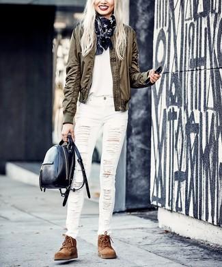 Cómo combinar una camiseta con cuello circular blanca: Una camiseta con cuello circular blanca y unos vaqueros pitillo desgastados blancos son una opción práctica para el fin de semana. Botas planas con cordones de ante marrónes son una opción inigualable para complementar tu atuendo.
