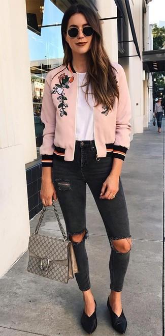 Cómo combinar: cazadora de aviador bordada rosada, camiseta con cuello circular blanca, vaqueros pitillo desgastados negros, chinelas de cuero negras