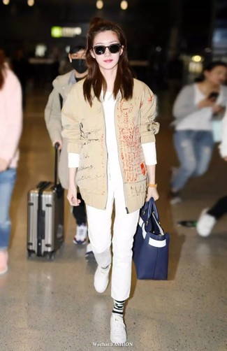 Ponte una camiseta de manga larga blanca de mujeres de Inside y un pantalón chino blanco y te verás como todo un bombón. Tenis de cuero blancos son una sencilla forma de complementar tu atuendo.
