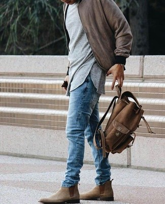 Cómo combinar: cazadora de aviador marrón, camiseta de manga larga gris, vaqueros azules, botines chelsea de ante marrónes