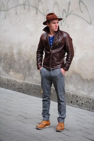 Cómo combinar: cazadora de aviador de cuero en marrón oscuro, camiseta henley azul, pantalón de vestir de lana gris, botas casual de cuero en tabaco
