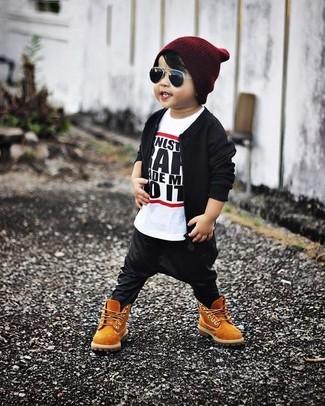 Cómo combinar: cazadora de aviador negra, camiseta en blanco y negro, pantalón de chándal negro, botas marrón claro