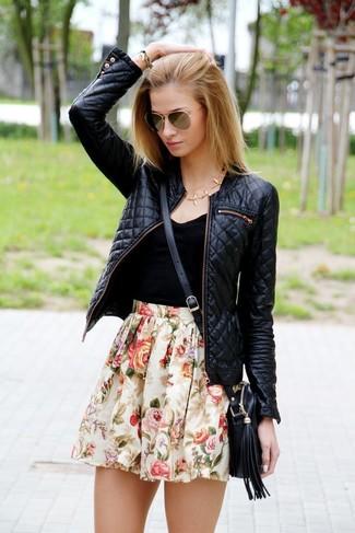 Cómo combinar: cazadora de aviador de cuero acolchada negra, camiseta sin manga negra, falda skater con print de flores en beige, bolso bandolera de cuero negro