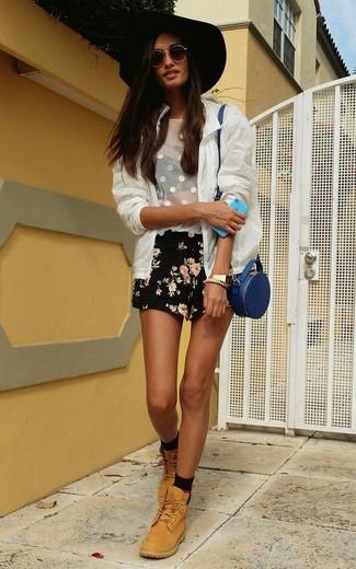 Cómo combinar: cazadora de aviador de malla blanca, camiseta sin manga de malla blanca, pantalones cortos con print de flores negros, botas planas con cordones de cuero marrón claro