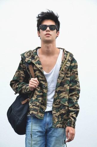 Cómo combinar: cazadora de aviador de camuflaje verde oliva, camiseta sin mangas blanca, pantalones cortos desgastados azules, mochila de lona negra