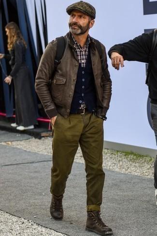 Cómo combinar una gorra inglesa en marrón oscuro: Haz de una cazadora de aviador de cuero en marrón oscuro y una gorra inglesa en marrón oscuro tu atuendo transmitirán una vibra libre y relajada. ¿Te sientes valiente? Haz botas casual de cuero en marrón oscuro tu calzado.