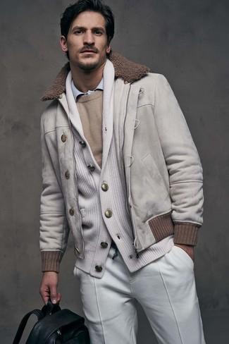 Cómo combinar: cazadora de aviador de ante en beige, cárdigan con cuello chal blanco, jersey con cuello circular en beige, camisa de vestir celeste