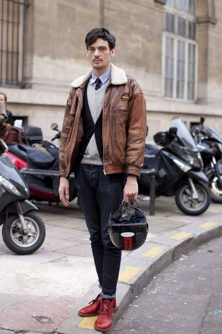 Look de moda: Cazadora de aviador de cuero marrón, Cárdigan negro, Jersey de pico gris, Camisa de manga larga celeste