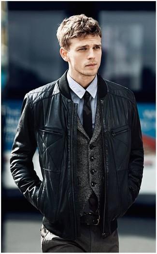 Cómo combinar una camisa de vestir de cambray gris: Luce lo mejor que puedas en una camisa de vestir de cambray gris y un pantalón de vestir en gris oscuro.