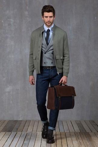 Cómo combinar: cazadora de aviador de lana gris, chaleco de vestir de lana gris, camisa de vestir celeste, vaqueros azul marino