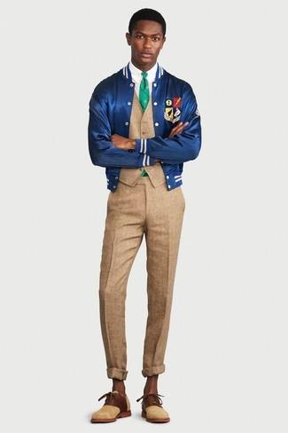 Cómo combinar: cazadora de aviador de satén azul, chaleco de vestir marrón claro, camisa de vestir blanca, pantalón de vestir marrón claro