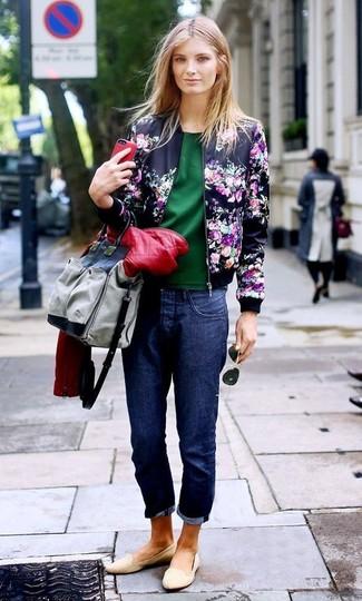 Cómo combinar: cazadora de aviador con print de flores azul marino, chaqueta motera de cuero acolchada roja, blusa de manga corta verde oscuro, vaqueros boyfriend azul marino