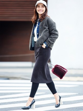 Una cazadora de aviador de lana en gris oscuro y una falda lápiz vaquera negra son prendas que debes tener en tu armario. ¿Por qué no ponerse zapatos de tacón de cuero negros de Chie Mihara a la combinación para dar una sensación más clásica?