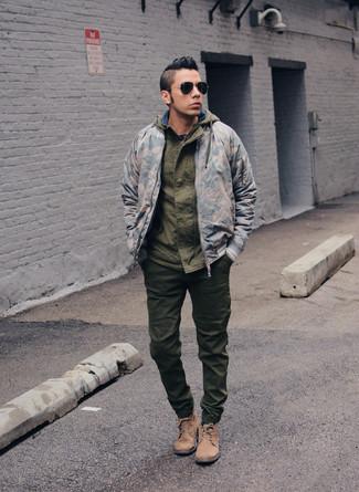 Cómo combinar: cazadora de aviador de camuflaje gris, chubasquero verde oliva, pantalón de chándal verde oliva, botas casual de ante marrón claro