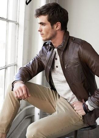 Cómo combinar: cazadora de aviador de cuero en marrón oscuro, jersey con cuello henley en beige, pantalón chino marrón claro
