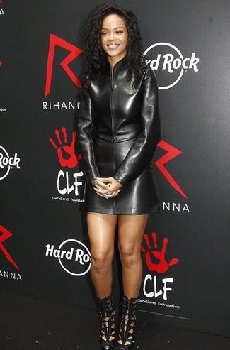 Cómo combinar: cazadora de aviador de cuero negra, minifalda de cuero negra, botines de cuero con recorte negros