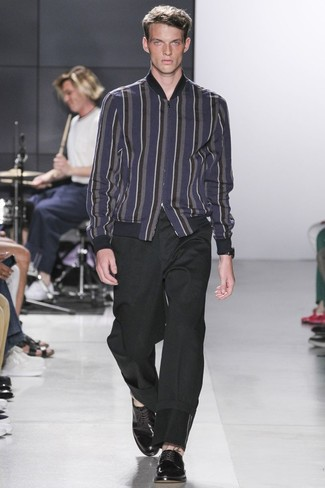 Cómo combinar: cazadora de aviador de lana de rayas verticales azul marino, pantalón chino negro, zapatos derby de cuero negros