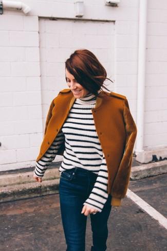 Outfits mujeres: Considera emparejar una cazadora de aviador de lana en tabaco junto a unos vaqueros pitillo azul marino para conseguir una apariencia relajada pero chic.