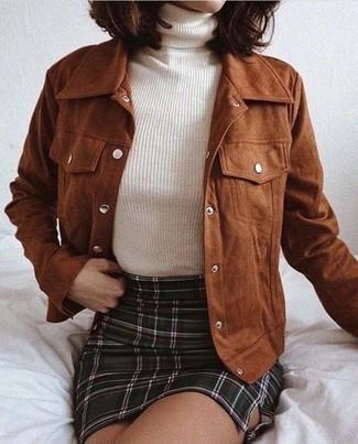 Cómo combinar una minifalda a cuadros: Para un atuendo tan cómodo como tu sillón ponte una cazadora de aviador de terciopelo marrón y una minifalda a cuadros.