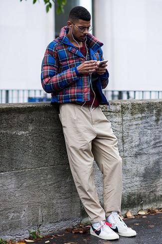 Cómo combinar: cazadora de aviador de tartán en azul marino y rojo, camiseta con cuello circular de rayas horizontales burdeos, pantalón chino en beige, zapatillas altas de cuero blancas
