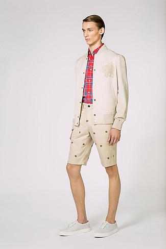 Para crear una apariencia para un almuerzo con amigos en el fin de semana casa una cazadora de aviador beige de MYSHOESTORE junto a unos pantalones cortos estampados en beige. Completa el look con zapatillas plimsoll grises.