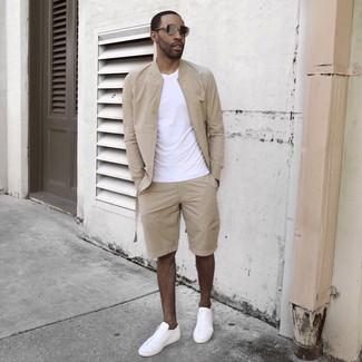 Ponte una cazadora de aviador beige de MYSHOESTORE y unos pantalones cortos beige para un look diario sin parecer demasiado arreglada. Completa el look con tenis blancos.