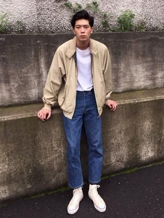Look de moda: Cazadora de aviador en beige, Camiseta con cuello circular blanca, Vaqueros azules, Zapatillas altas de lona blancas