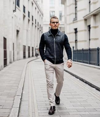 Cómo combinar: cazadora de aviador de lana en gris oscuro, jersey de cuello alto negro, pantalón chino en beige, botines chelsea de cuero burdeos