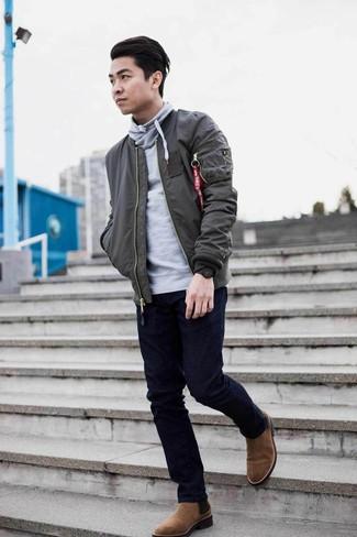 Outfits hombres: Equípate una cazadora de aviador en gris oscuro con unos vaqueros azul marino para una vestimenta cómoda que queda muy bien junta. Elige un par de botines chelsea de ante marrónes para mostrar tu inteligencia sartorial.
