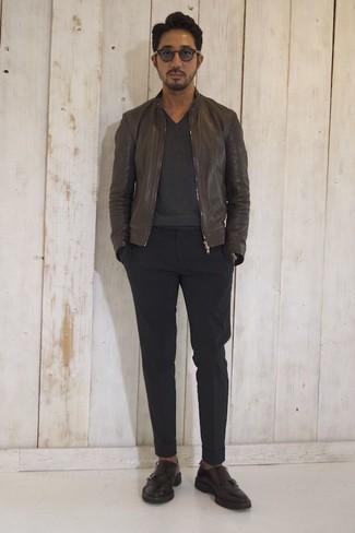 Cómo combinar: cazadora de aviador de cuero en marrón oscuro, jersey de pico en gris oscuro, pantalón chino negro, zapatos con doble hebilla de cuero en marrón oscuro