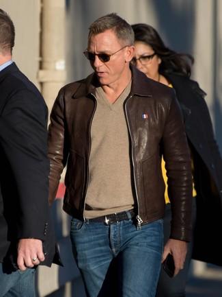 Look de Daniel Craig: Cazadora de Aviador de Cuero en Marrón Oscuro, Jersey de Pico Marrón Claro, Vaqueros Azul Marino, Correa de Cuero Tejida Negra