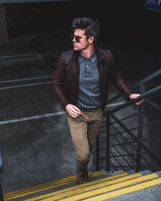 Cómo combinar: cazadora de aviador de cuero en marrón oscuro, polo de manga larga azul marino, pantalón chino marrón, zapatos derby de lona verde oliva