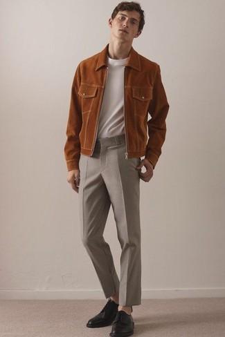 Cómo combinar: cazadora de aviador de ante en tabaco, camiseta con cuello circular blanca, pantalón de vestir de lana en beige, zapatos derby de cuero negros