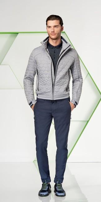 Cómo combinar: cazadora de aviador acolchada gris, camisa polo en gris oscuro, pantalón chino azul marino, deportivas azul marino
