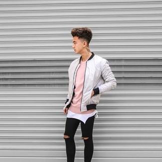 Cómo combinar: cazadora de aviador gris, jersey con cuello circular rosado, camiseta sin mangas blanca, vaqueros pitillo desgastados negros