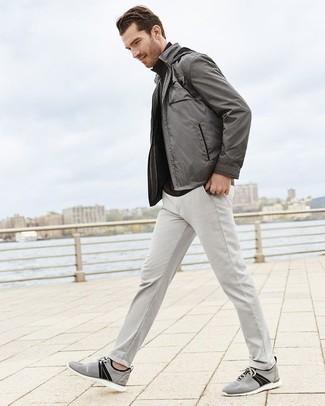Cómo combinar: cazadora de aviador gris, jersey de cuello alto negro, pantalón chino gris, tenis de lona grises